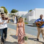Άφιξη νύφης στην εκκλησία με βιολί και λαούτο
