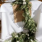 Flower runner με φύλλα ελιάς για boho διακόσμηση γάμου