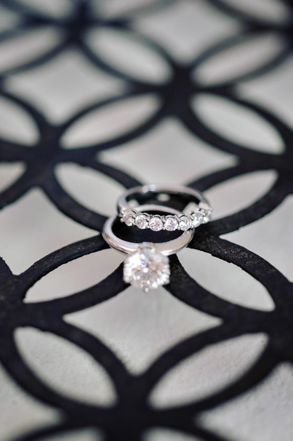Μονόπετρο δαχτυλίδι με διαμάντι και βεράκι με διαμαντάκια