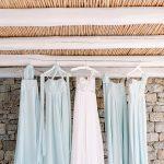 Ethereal νυφικό με 3D κεντήματα & φορέματα παρανύφων σε ανοιχτό γαλάζιο χρώμα