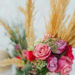 Διακόσμηση γάμου με φούξια και ροζ νεραγκούλες