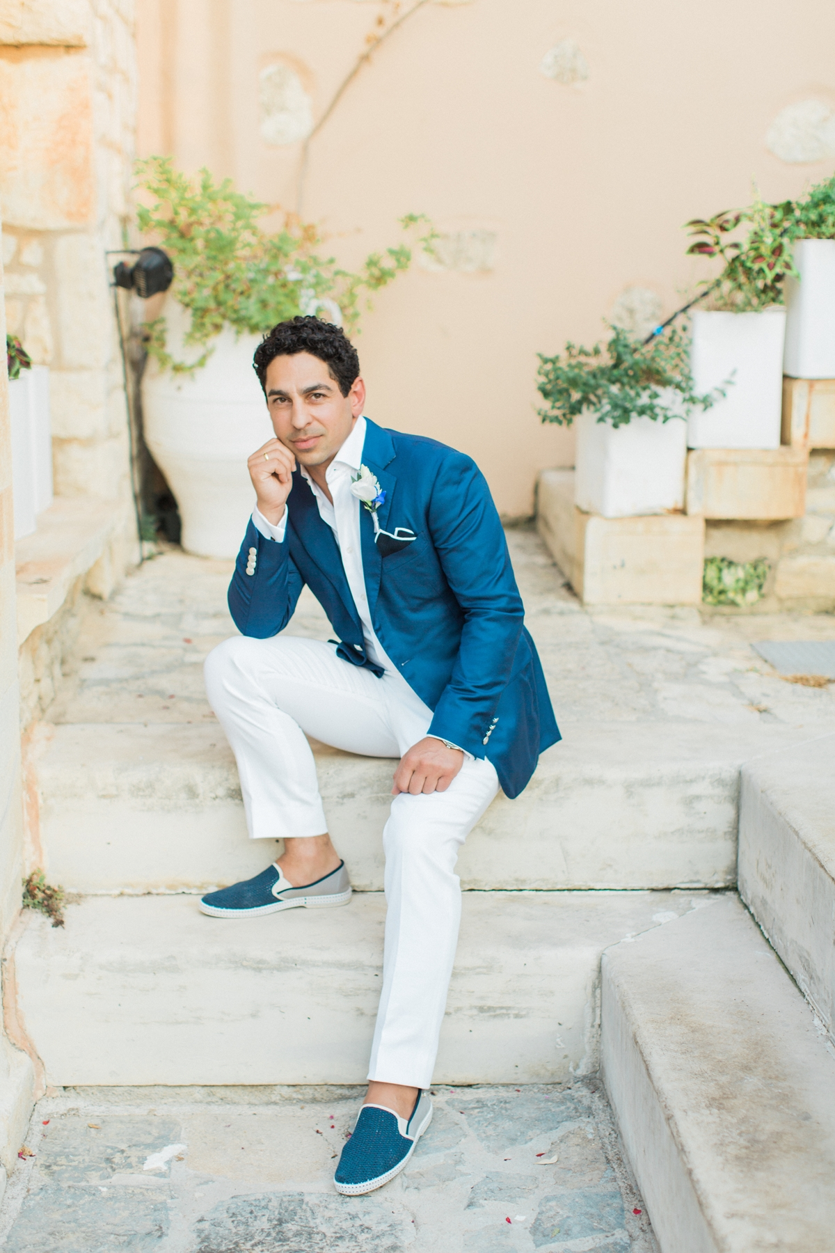 Καλοκαιρινό κοστούμι για το γαμπρό με λευκό παντελόνι και μπλε σακάκι
