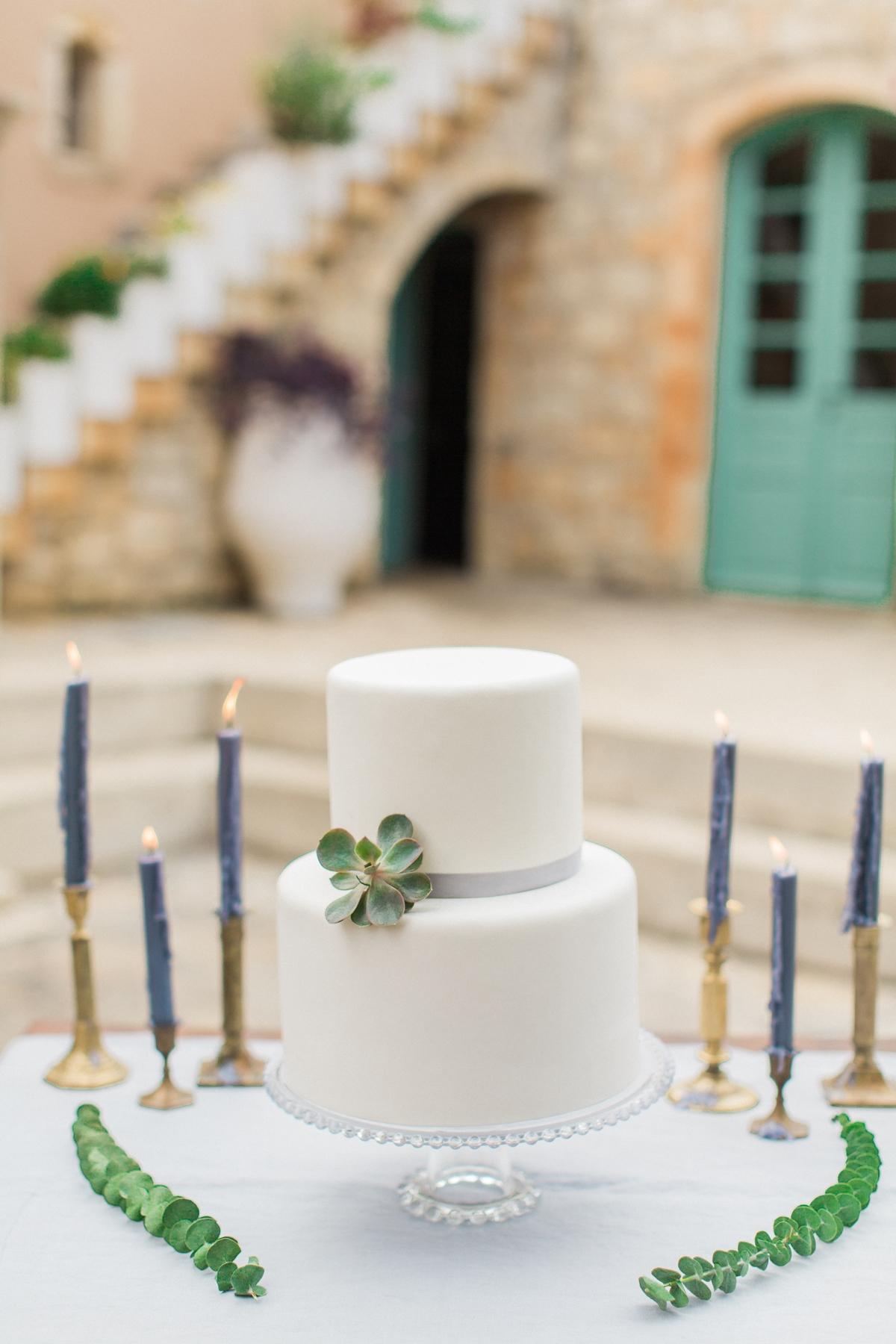 Λευκή τούρτα γάμου για rustic γάμο με κλαδιά και φύλλα ελιάς