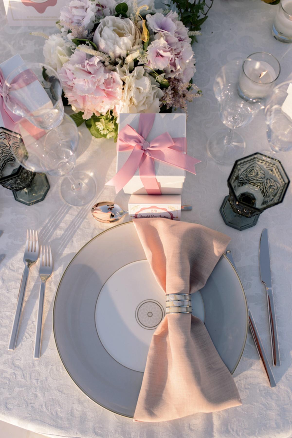 Ρομαντικός γάμος στη Σαντορίνη με ροζ χρώμα