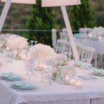 Λευκή ρομαντική διακόσμηση γάμου με λεπτομέρειες μέντας