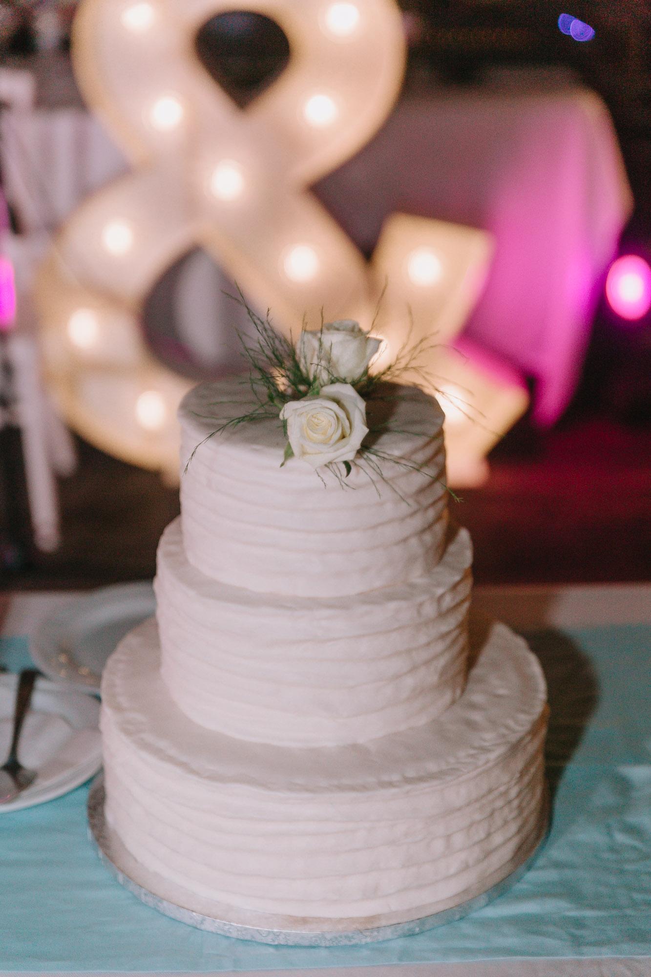 Λευκή τριόροφη τούρτα