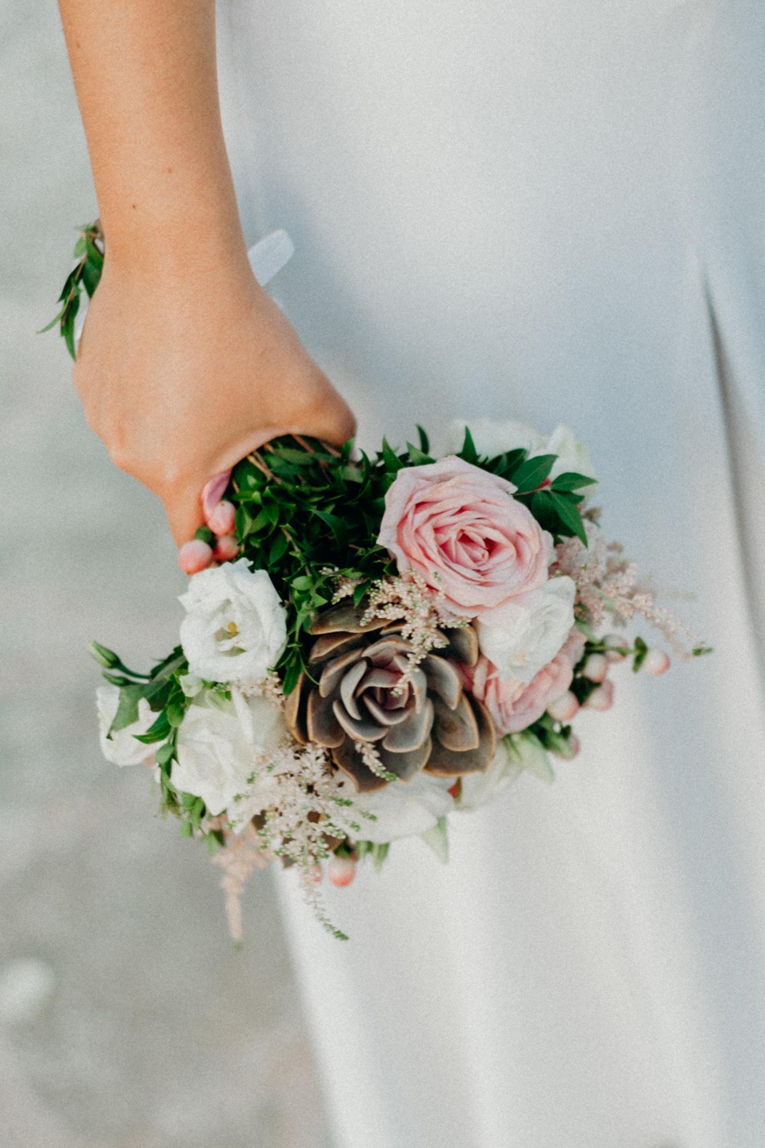 Καλοκαιρινός γάμος στην Αίγινα με κάκτους και παχύφυτα