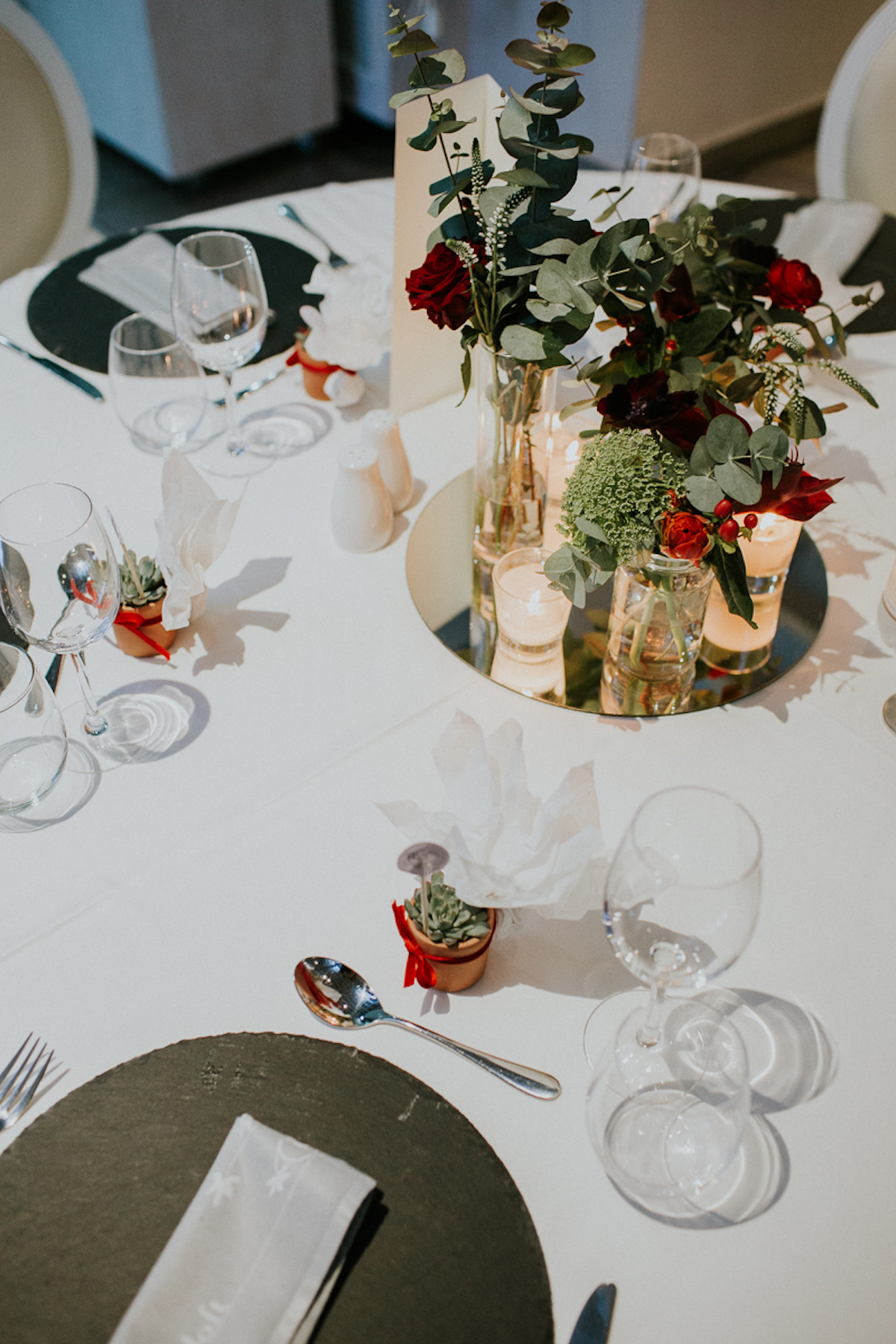 Mirror centerpiece with roses | The Wedding Tales