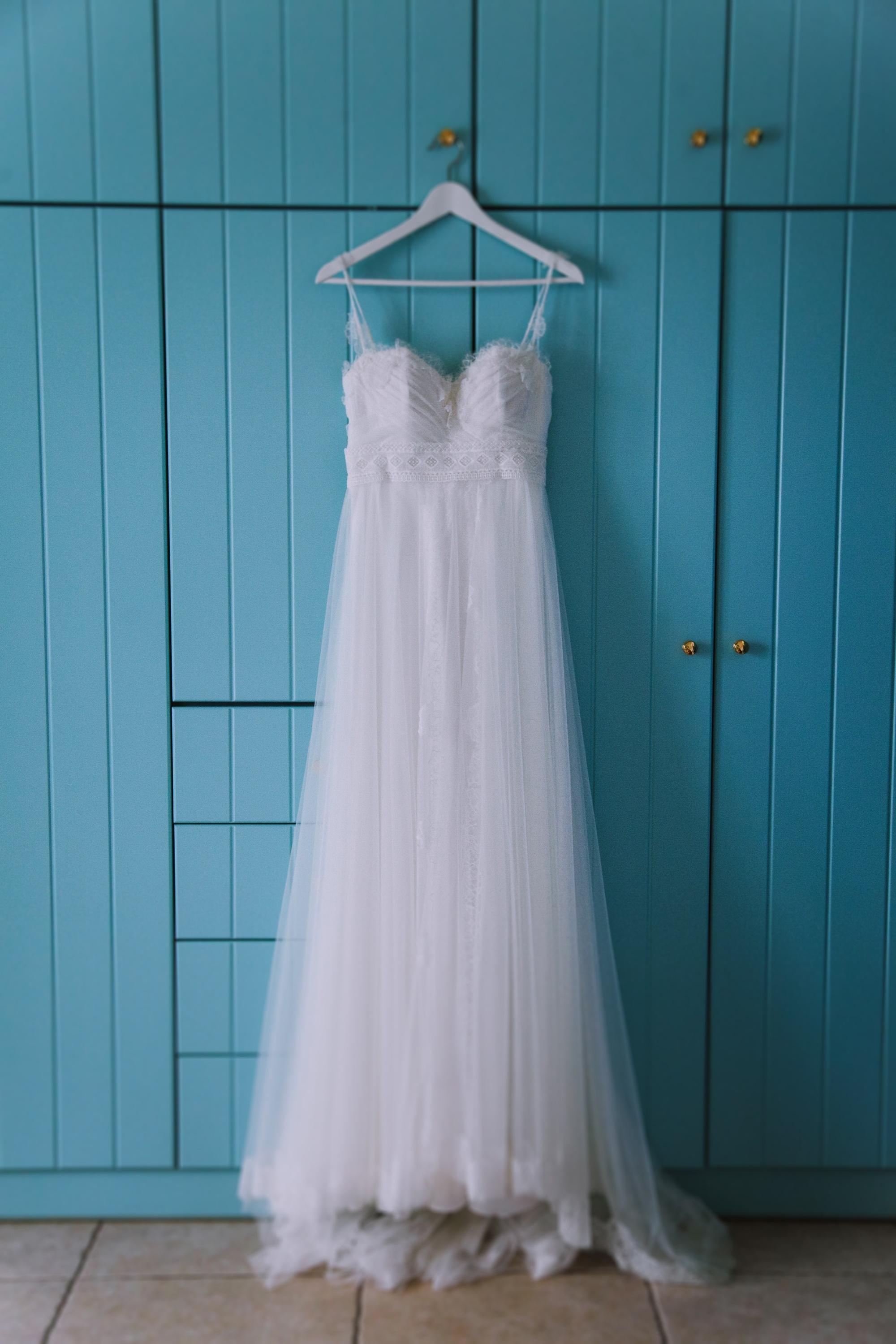Λευκό boho νυφικό με δαντέλα Fairytale Weddings