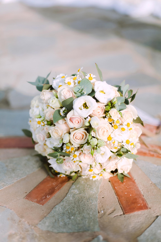 Καλοκαιρινή νυική ανθοδέσμη με τριαντάφυλλα και χαμομήλι
