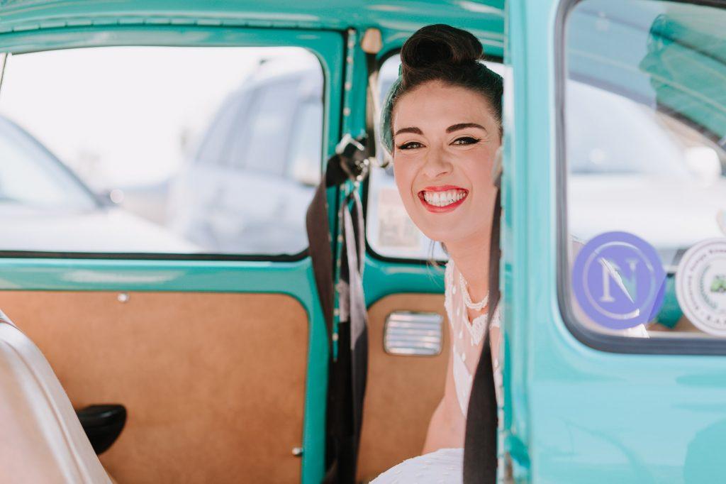 Άφιξη νύφης στην εκκλησία με vintage car