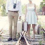Engagement vintage φωτογράφιση σε σταθμό τραίνων