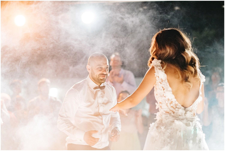 Ρομαντικός γάμος με μεταλλικά γεωμετρικά σχήματα