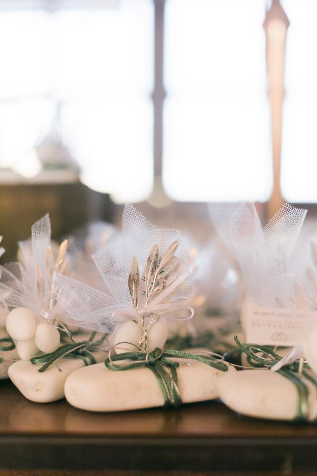 Μπομπονιέρες γάμου με λευκά βότσαλα