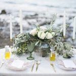 στολισμός τραπεζιού με λευκά τριαντάφυλλα