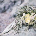 νυφική ανθοδέσμη με λευκά τριαντάφυλλα φύλλα ελιάς και ευκάλυπτο