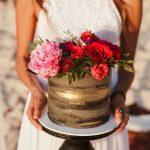 naked τούρτα γάμου με ροζ και κόκκινα τριαντάφυλα