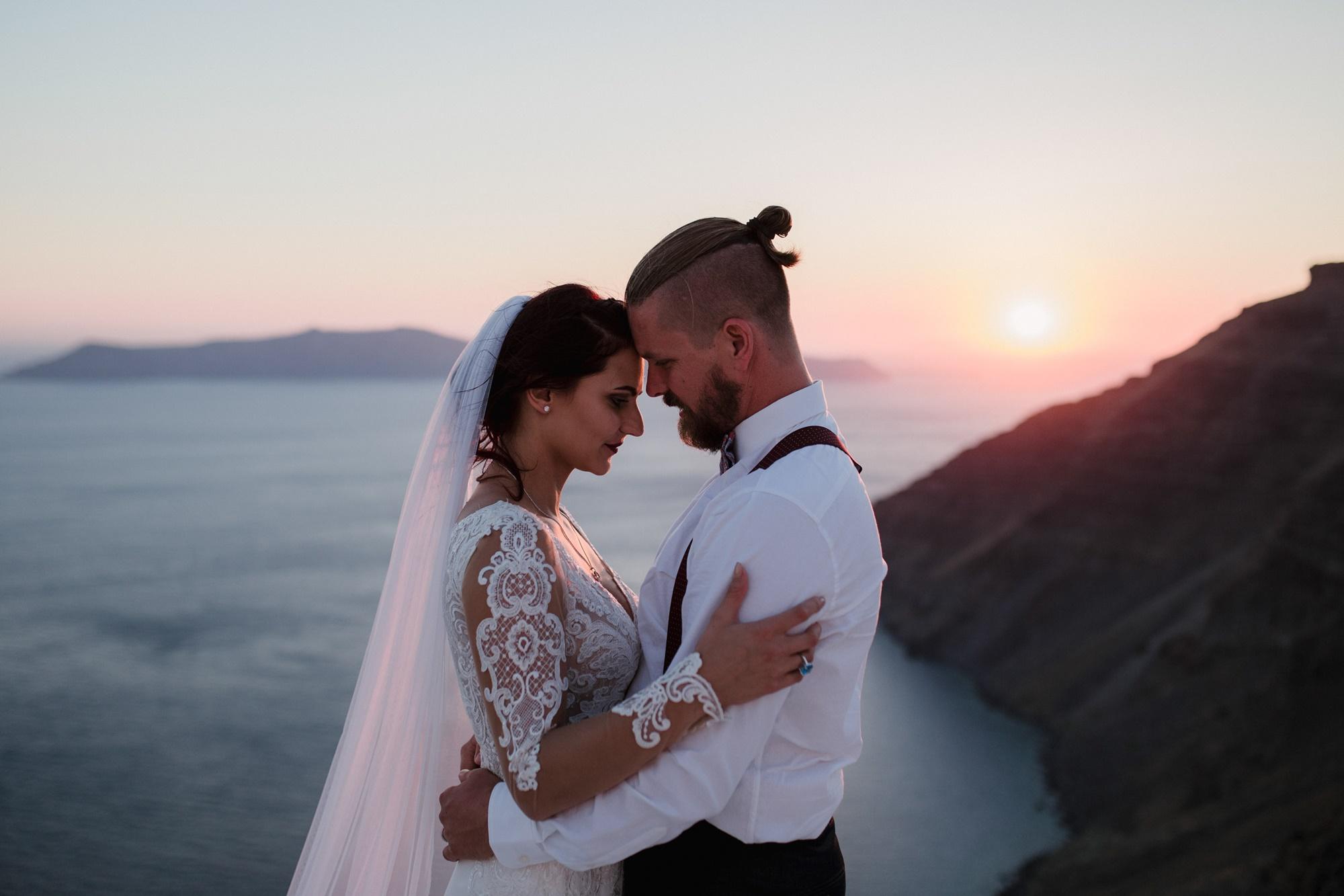 Γάμος στη Σαντορίνη ντυμένος στο κόκκινο & το λευκό