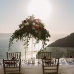 γαμήλιο τραπέζι στην Σαντορίνη με θέα την θάλασσα