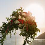 διακόσμηση με λευκά και κόκκινα λουλούδια