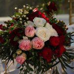 centerpiece με κόκκινα ροζ και λευκά τριαντάφυλλα