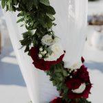 διακόσμηση γάμου με λευκά και κόκκινα τριαντάφυλλα
