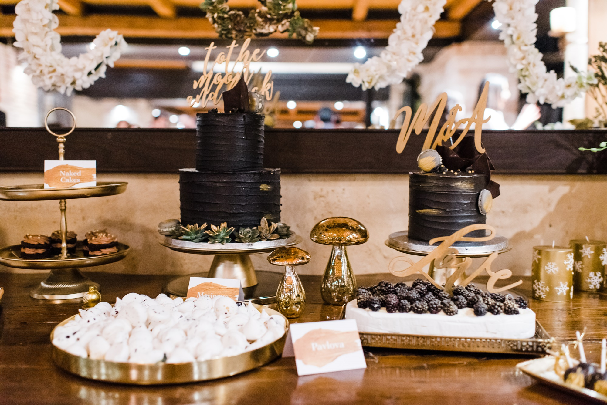 γαμήλιο τραπέζι γλυκών με μαύρες τούρτες