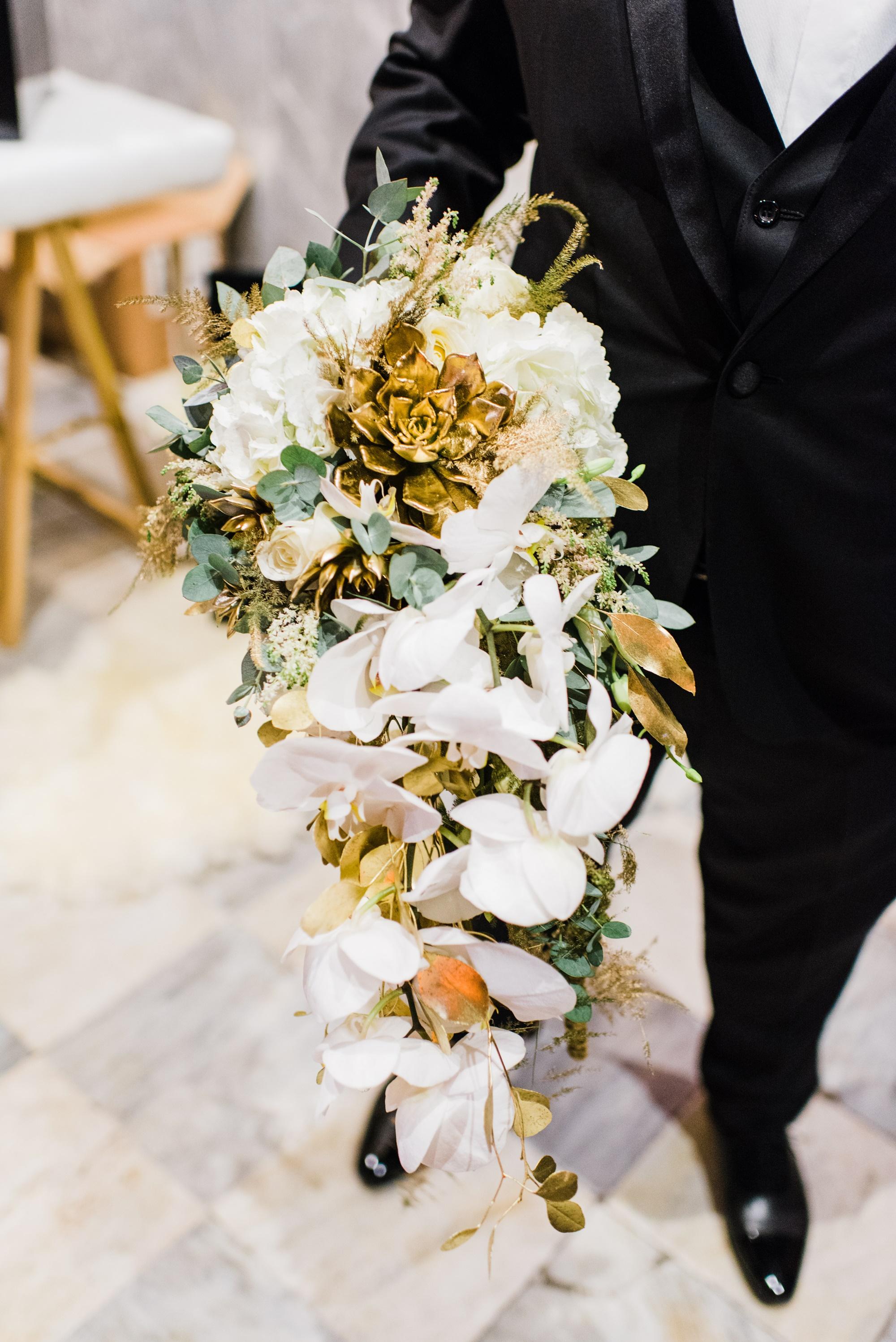 εντυπωσιακή νυφική ανθοδέσμη με λευκά λουλούδια