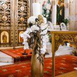 εσωτερική διακόσμηση εκκλησίας με λευκά κεριά