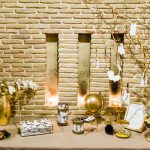 τραπέζι ευχών με χρυσές και λευκές λεπτομέρειες