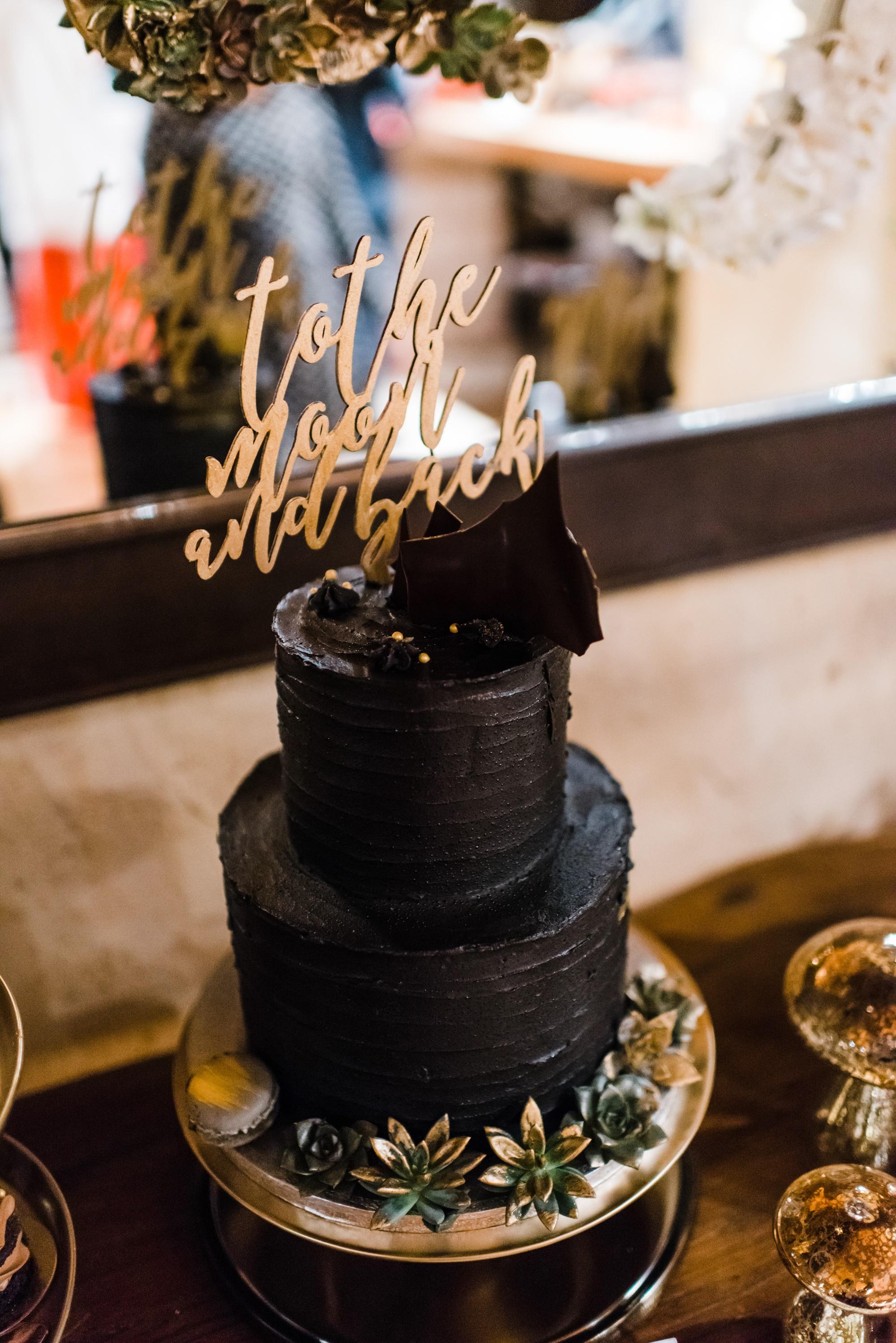 διώροφη μαύρη γαμήλια τούρτα