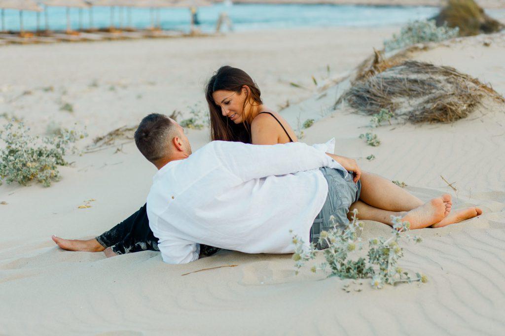 Engagement φωτογράφιση στην παραλία